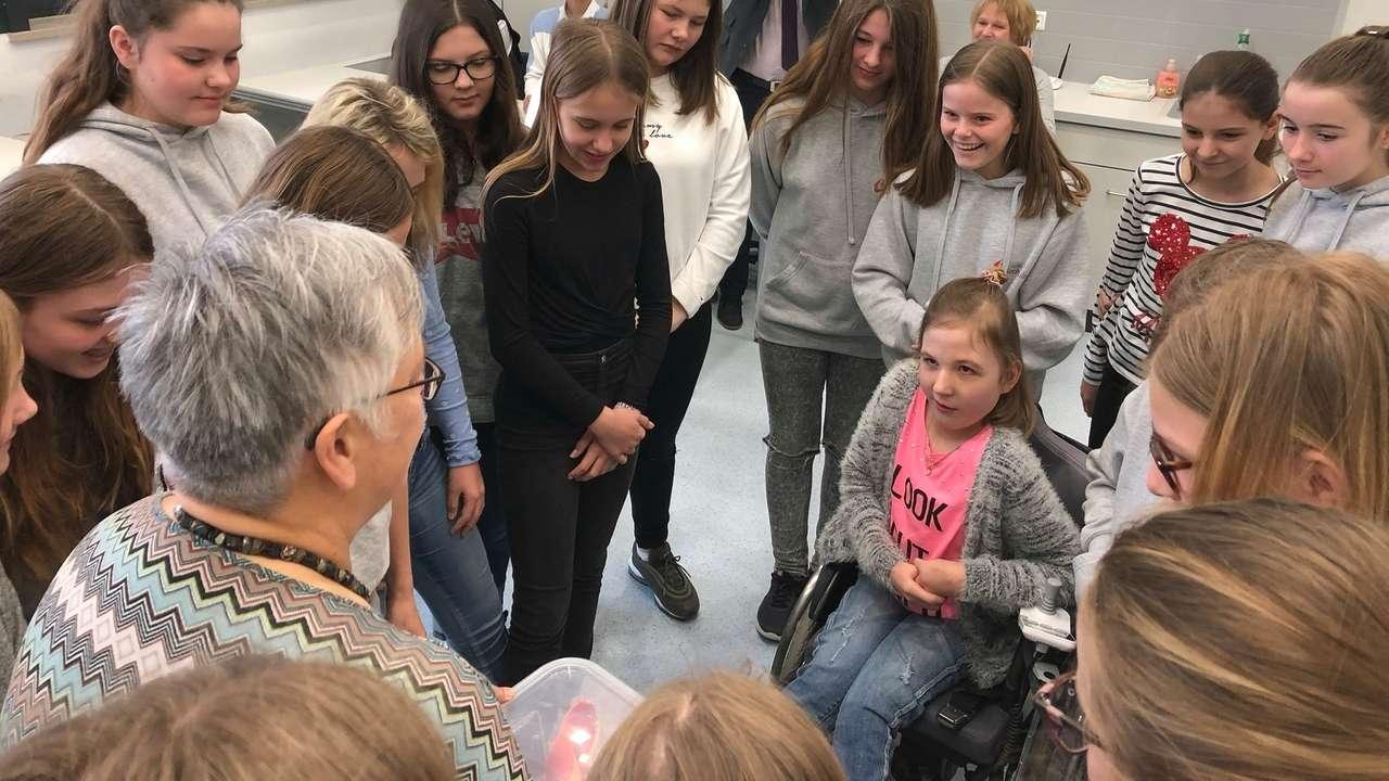 Lena in ihrer Klasse: In der Ursulinen Realschule in Straubing wird Inklusion im Unterricht gelebt.