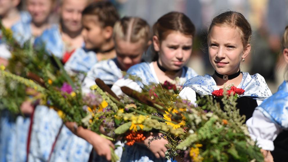 Mädchen mit Kräuterbündeln  | Bild:dpa, Andreas Lebert