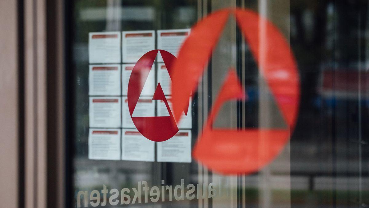 Tür mit Logo der Bundesagentur für Arbeit