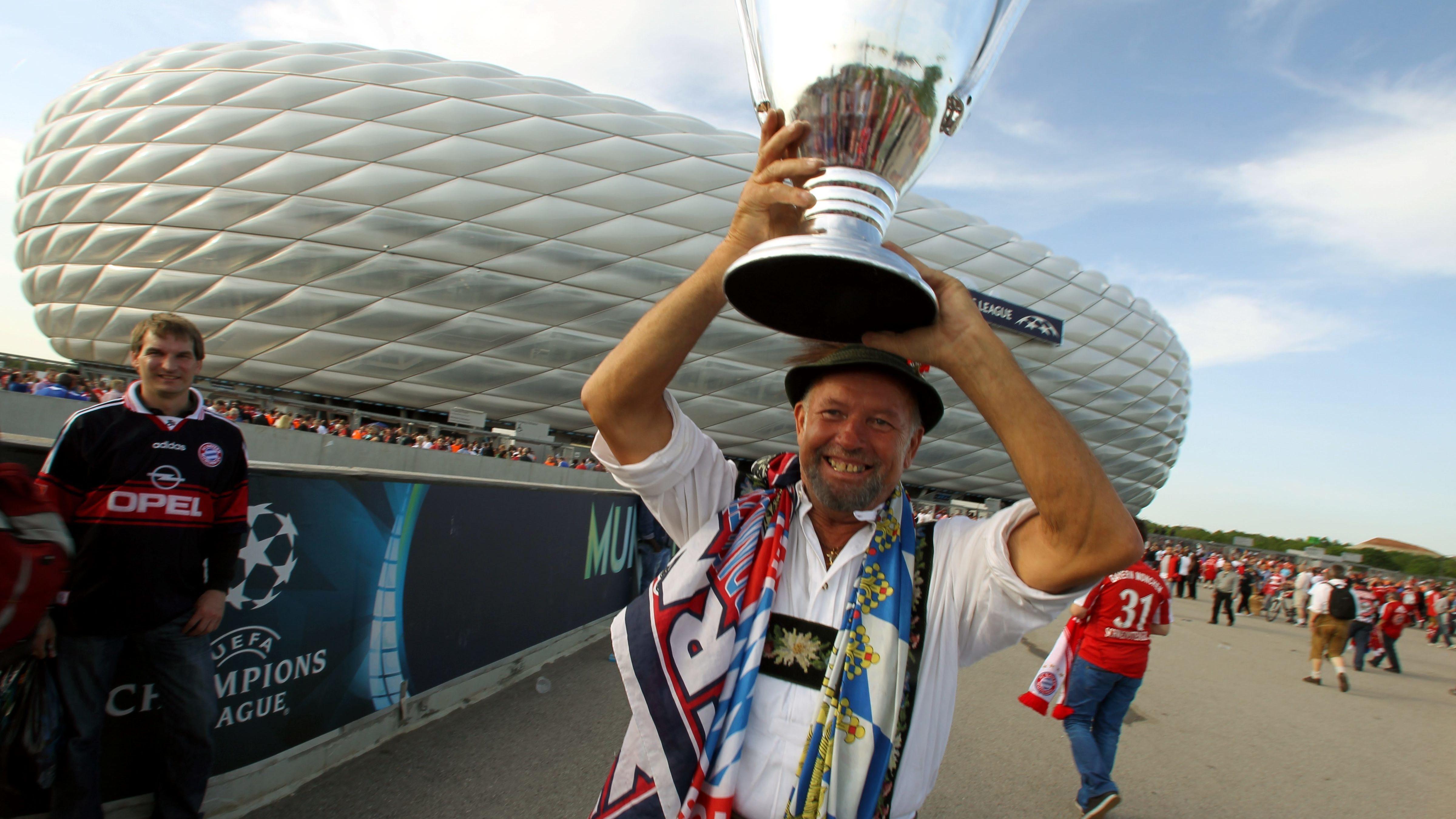 Fußballfan mit Champions-League-Pokal vor dem Finale 2012 in München