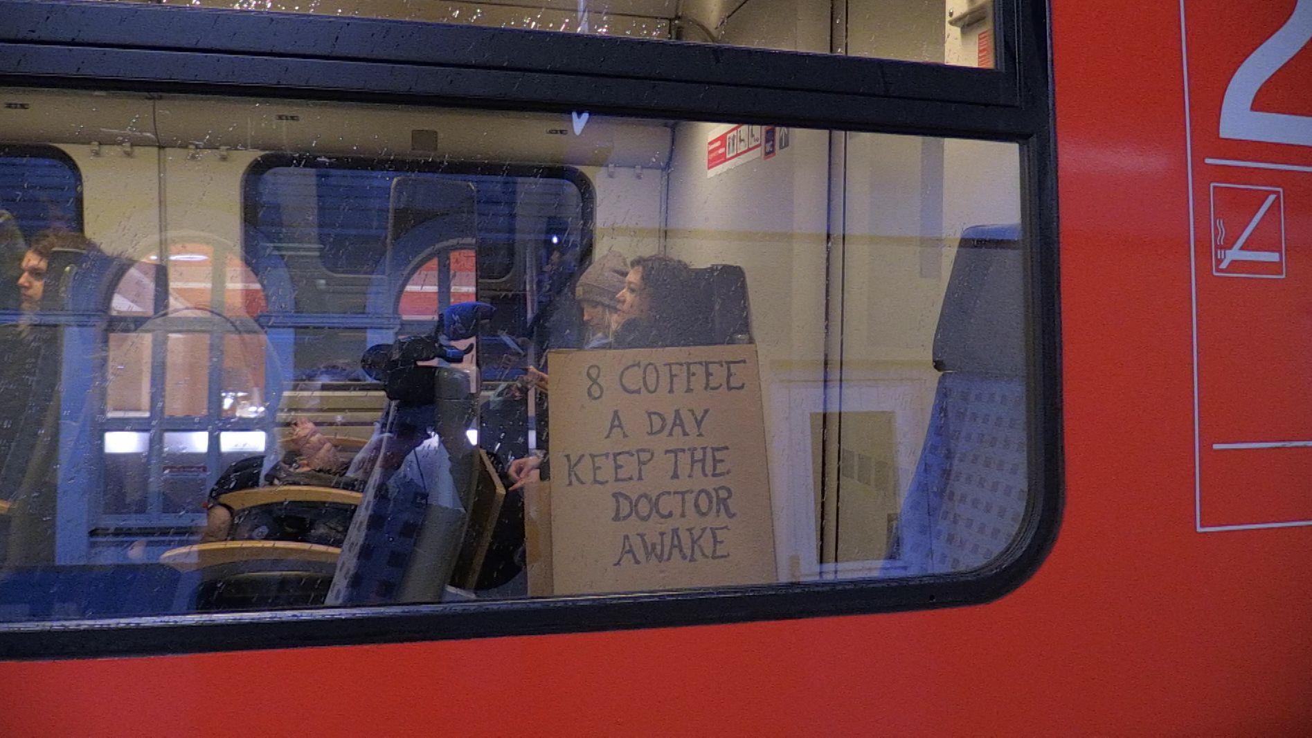 Ärzte des Uniklinikums Regensburg sind am Dienstagmorgen mit dem Zug zur zentralen Kundgebung nach Hannover gefahren