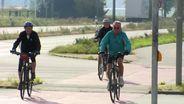 Fahrradfahrer fahren auf dem Radweg neben einer Straße   Bild:BR