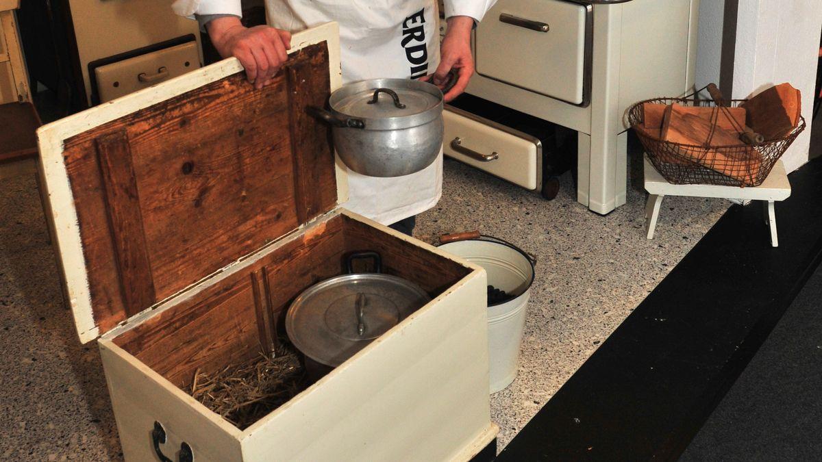 """Der Chef des Küchenmuseums """"WOK - world of kitchen"""", Carl-Werner Möller Hof zum Berge, steht in Hannover in seiner Ausstellung neben einer Kochkiste (aufgenommen am 27. Januar 2011). In so einer Holzkiste mit Stroh wurde das Essen früher fertig gegart. Auf dem Herd war es nämlich oft viel zu heiß - dort wäre es verbrannt."""