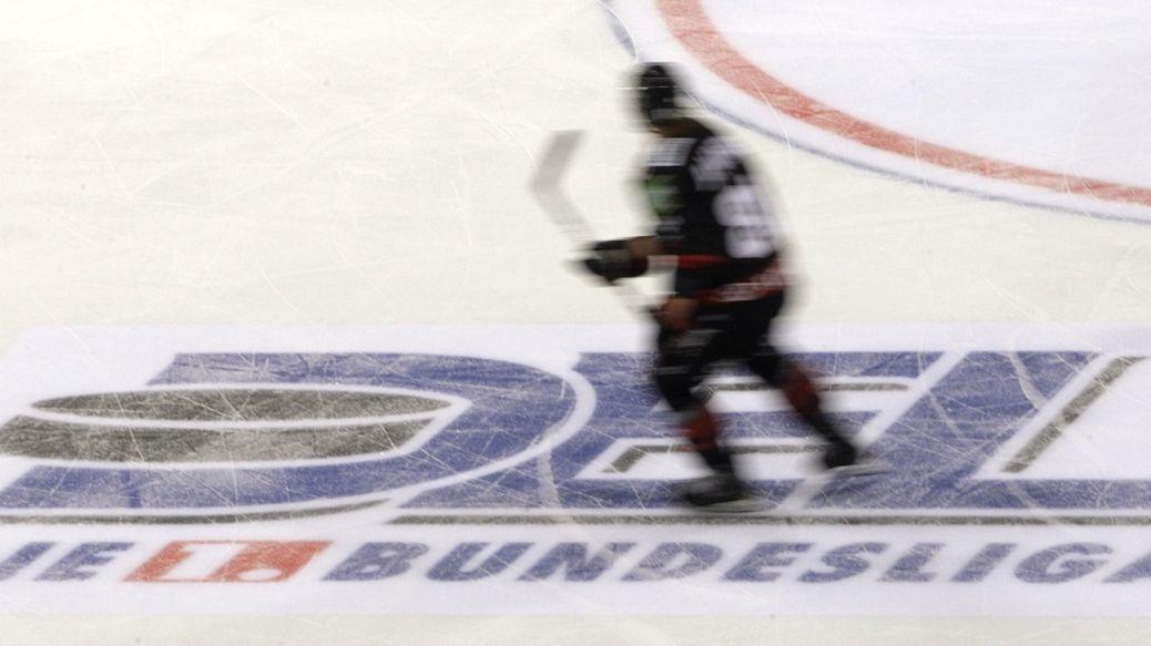 Logo der Deutschen Eishockey Liga (DEL) auf einem Spielfeld