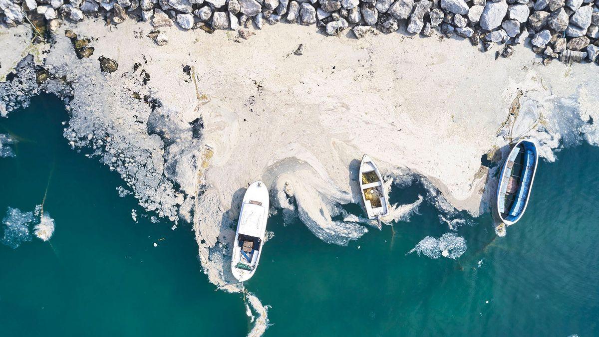 Boote im Meeresschleim im türkischen Marmarameer
