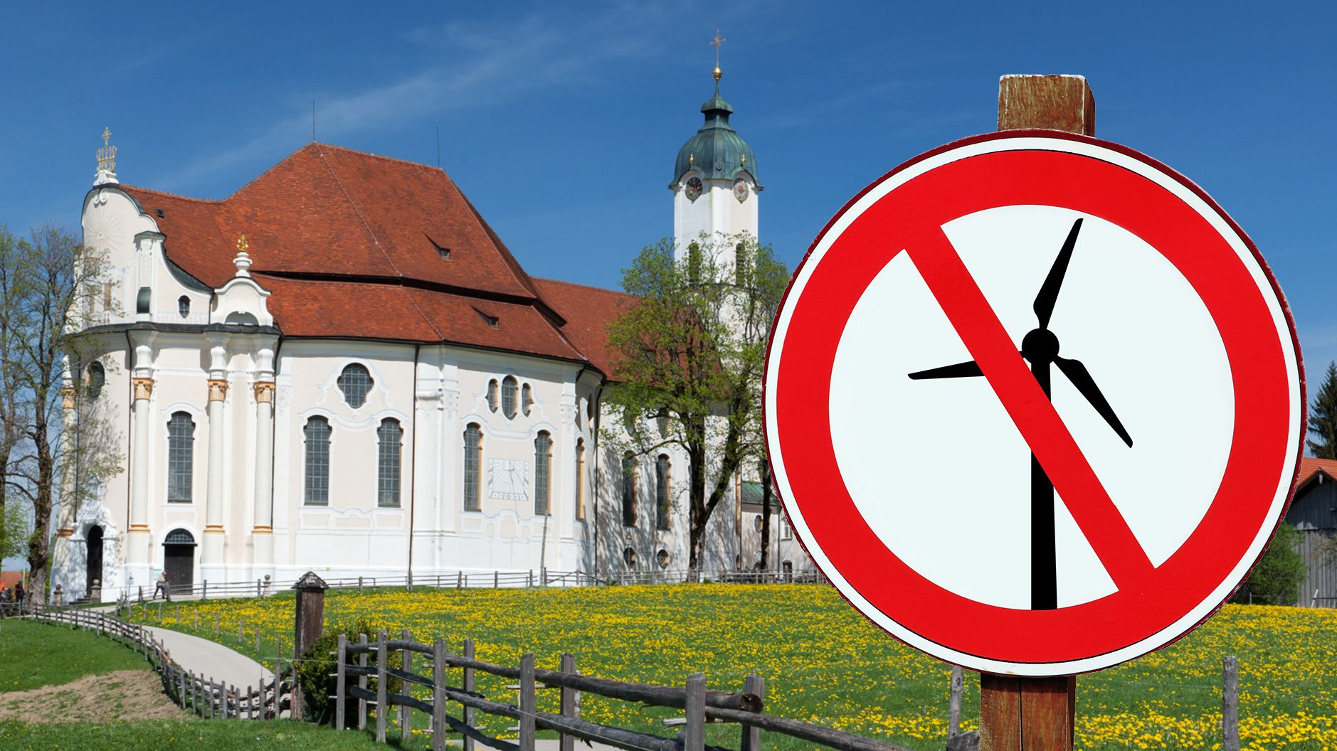 Die Wieskirche im Sommer, im Vordergrund führt ein Weg an einer Blumenwiese vorbei, rechts vorne ein Schild auf dem ein Windrad durchgestrichen ist (das Schild wurde nachträglich vom Grafiker eingefügt und existiert nicht vor Ort)