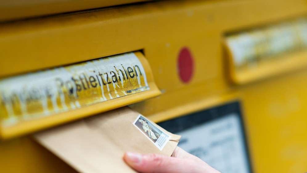 Briefkasten, Briefeinwurf - Symbolbild für die Post | Bild:Monika Skolimowska / dpa-Bildfunk