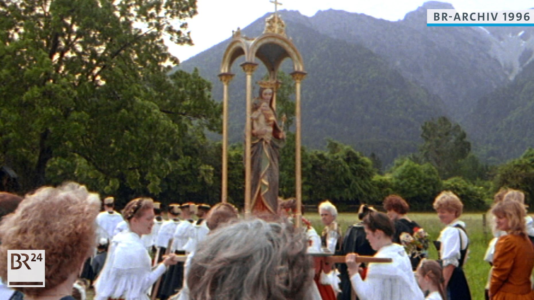 Frauen tragen eine Figur der Muttergottes  bei einer Wallfahrt