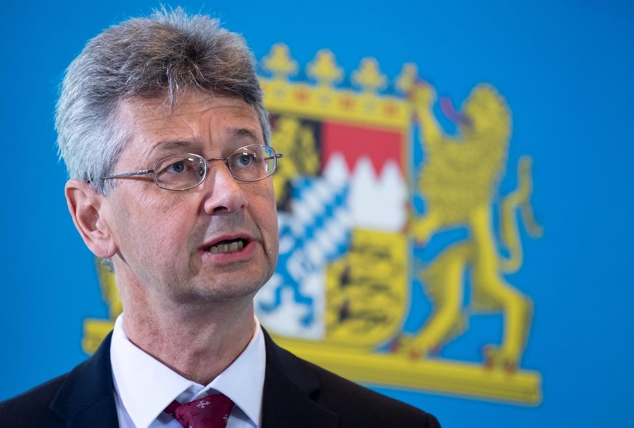 16.04.2020, Bayern, München: Michael Piazolo (Freie Wähler), Kultusminister von Bayern, nimmt nach einer Sitzung des bayerischen Kabinetts an einer Pressekonferenz teil. Schwerpunkt der Sitzung war die Corona-Krise. Foto: Sven Hoppe/dpa +++ dpa-Bildfunk +++