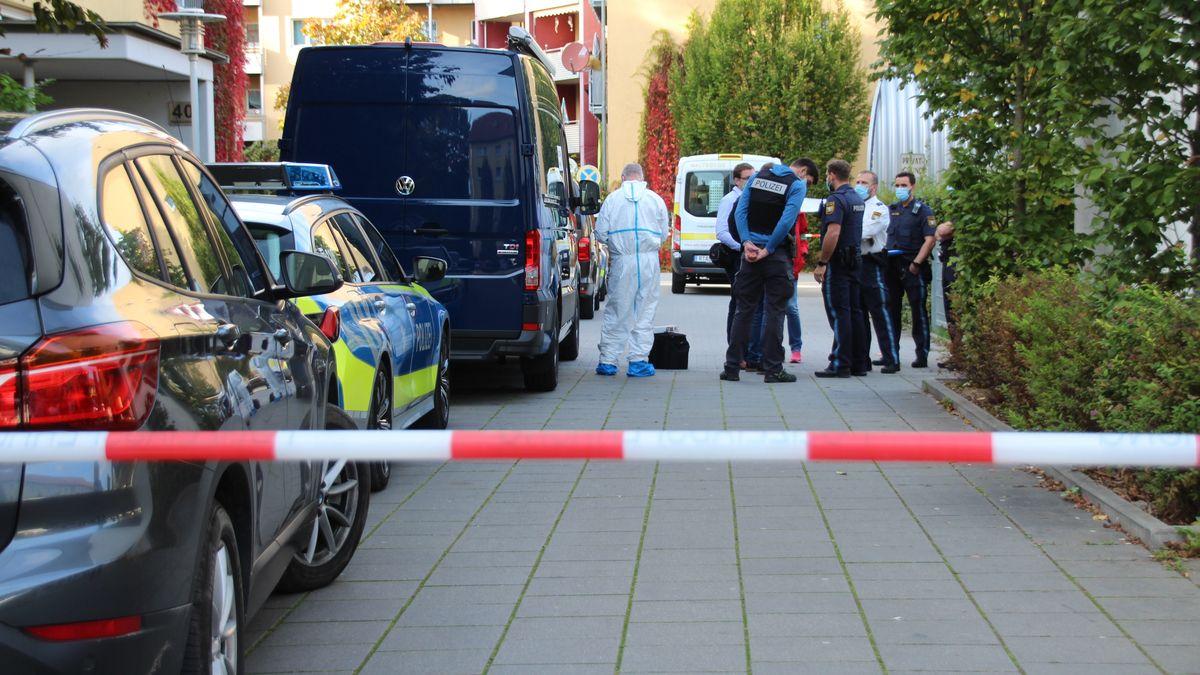 Ein großes Polizeiaufgebot hat am Donnerstag den Tatort im Süden von Regensburg abgesichert.