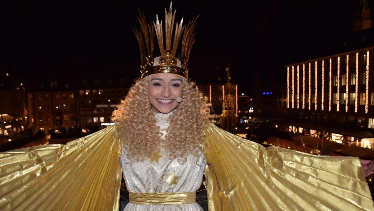 Das Nürnberger Christkind trägt eine Korone und einen goldenen Umhang.