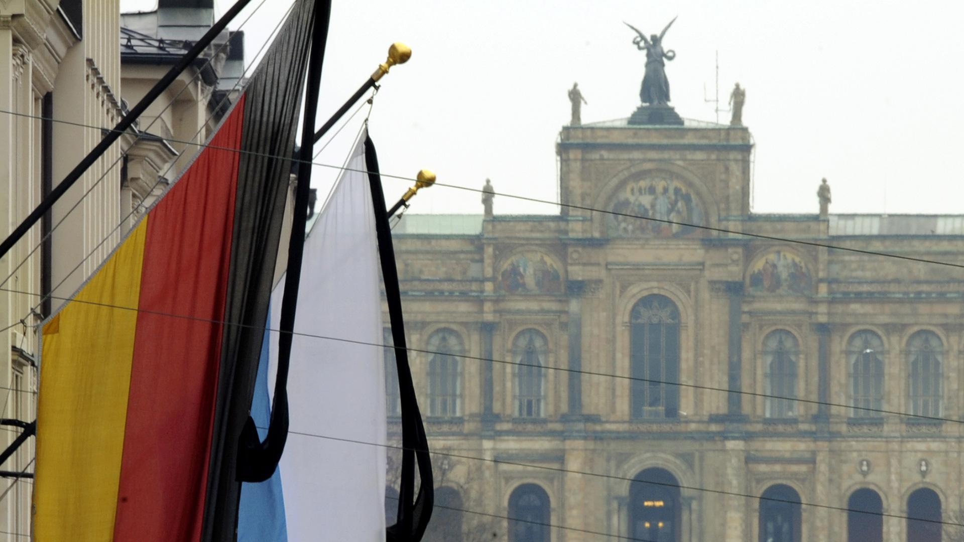 Symbolbild: Bayerischer Landtag Trauerbeflaggung