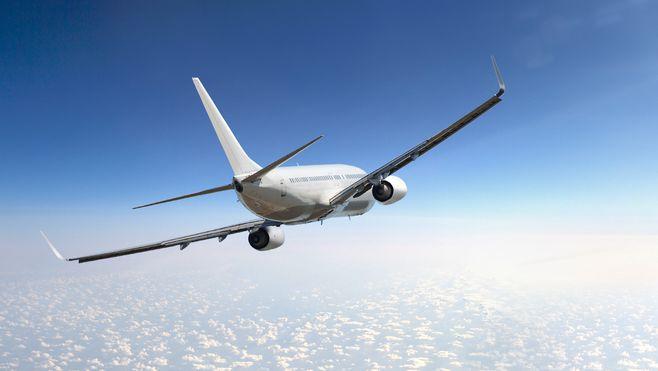 Ein Passagierflugzeug über den Wolken.