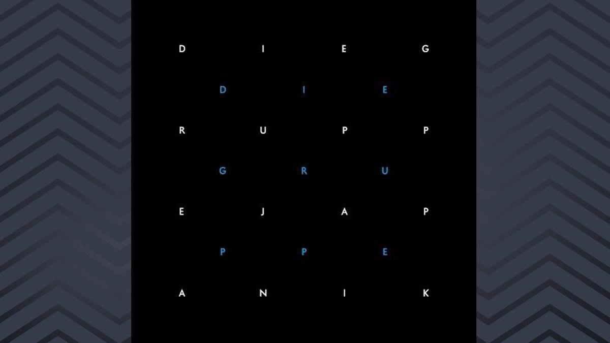 Weisse und blaue Buchstaben vor schwarzem Hintergrund formen auf sieben Zeilen Albumtitel und Bandnamen.