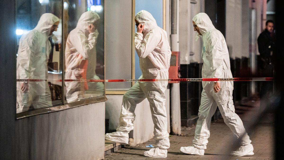 Die Spurensicherung geht in Richtung des Tatorts am Heumarkt. Durch Schüsse sind im hessischen Hanau mehrere Menschen getötet worden.