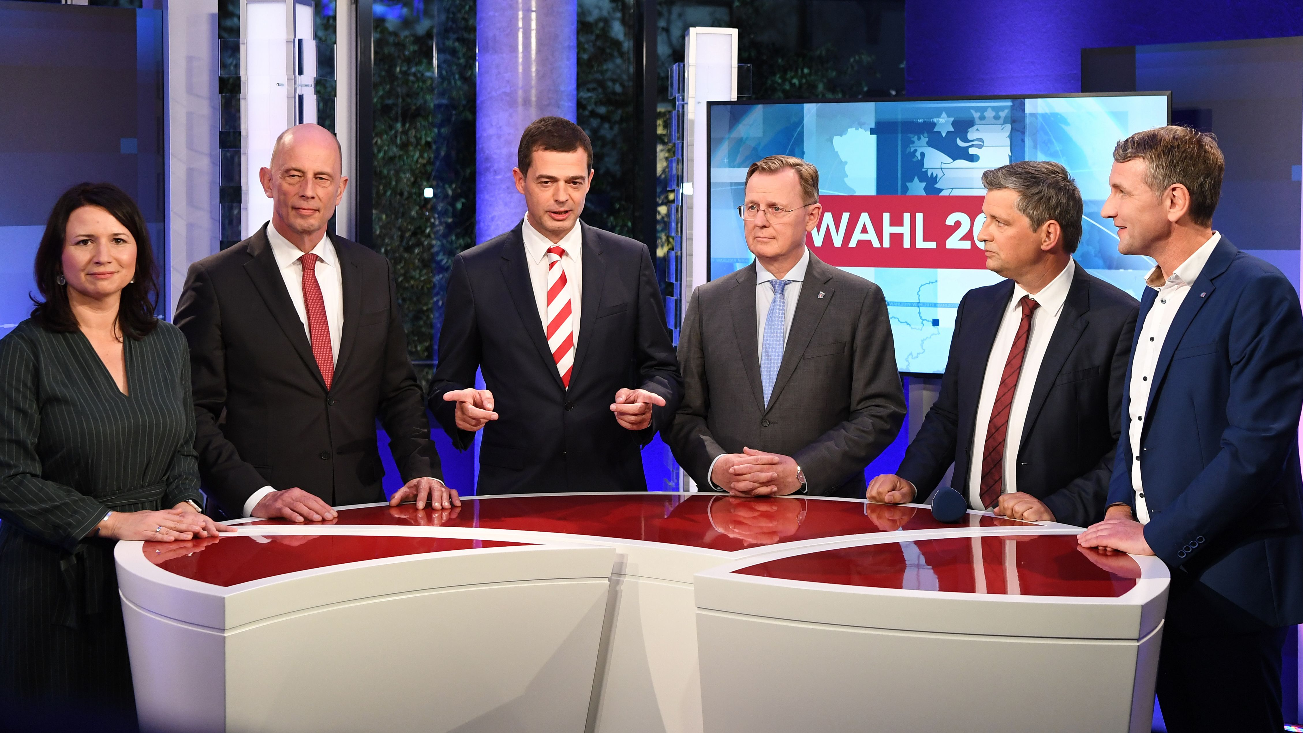 Anja Siegesmund (Grüne), Wolfgang Tiefensee (SPD), Mike Mohring (CDU), Bodo Ramelow (Die Linke), MDR-Moderator Christian Müller und Björn Höcke (AfD)
