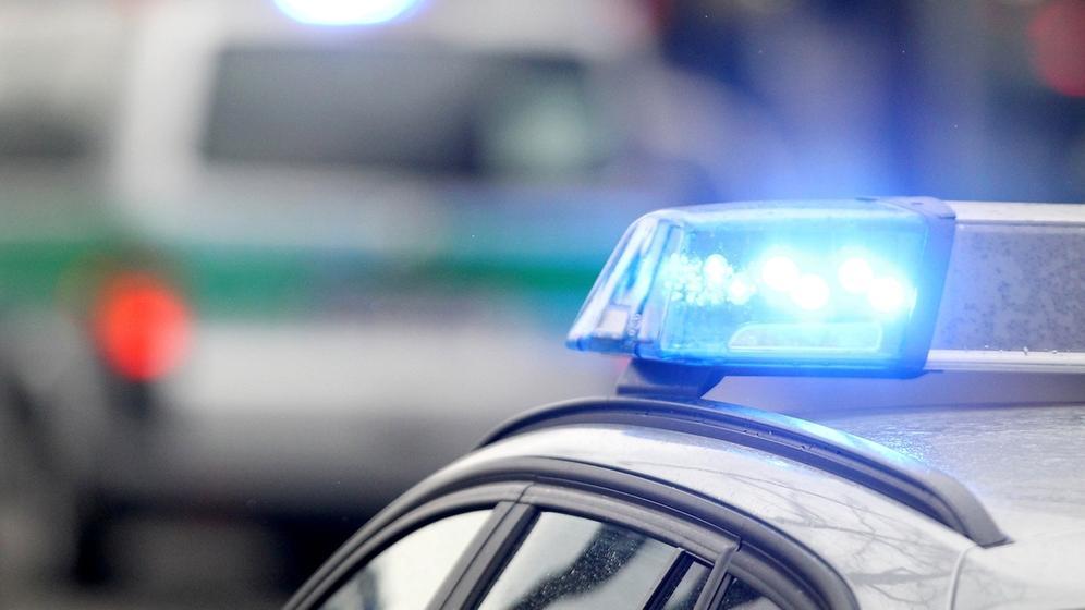 Symboldbild: Blaulichter von Polizeifahrzeugen   Bild:dpa-Bildfunk/Rene Ruprecht