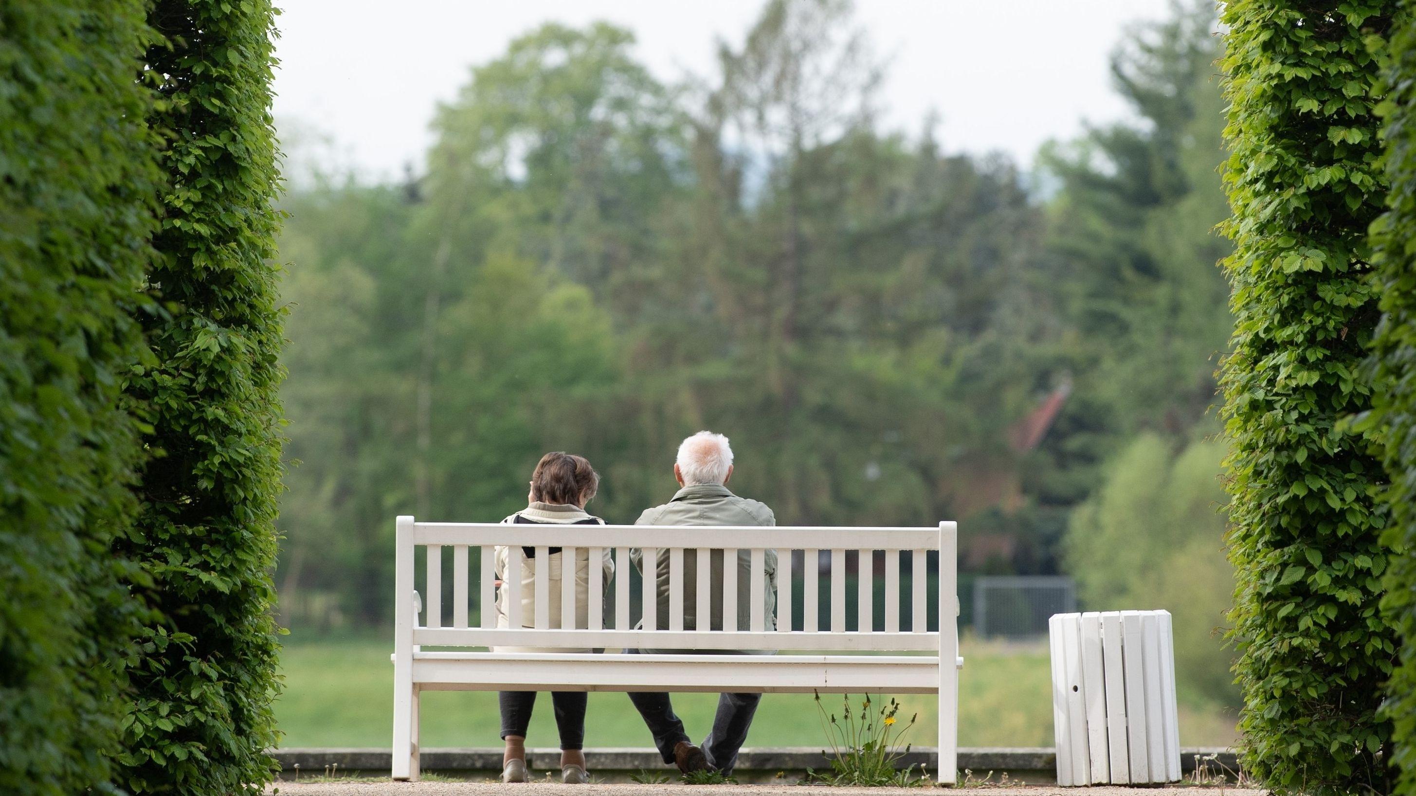 Zwei deutsche Senioren auf einer Parkbank.