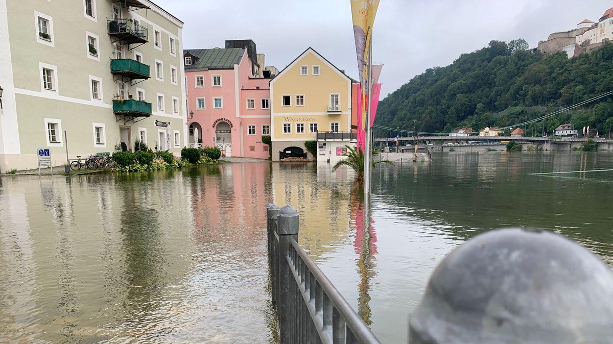 An der Ortsspitze in Passau steht noch alles unter Wasser
