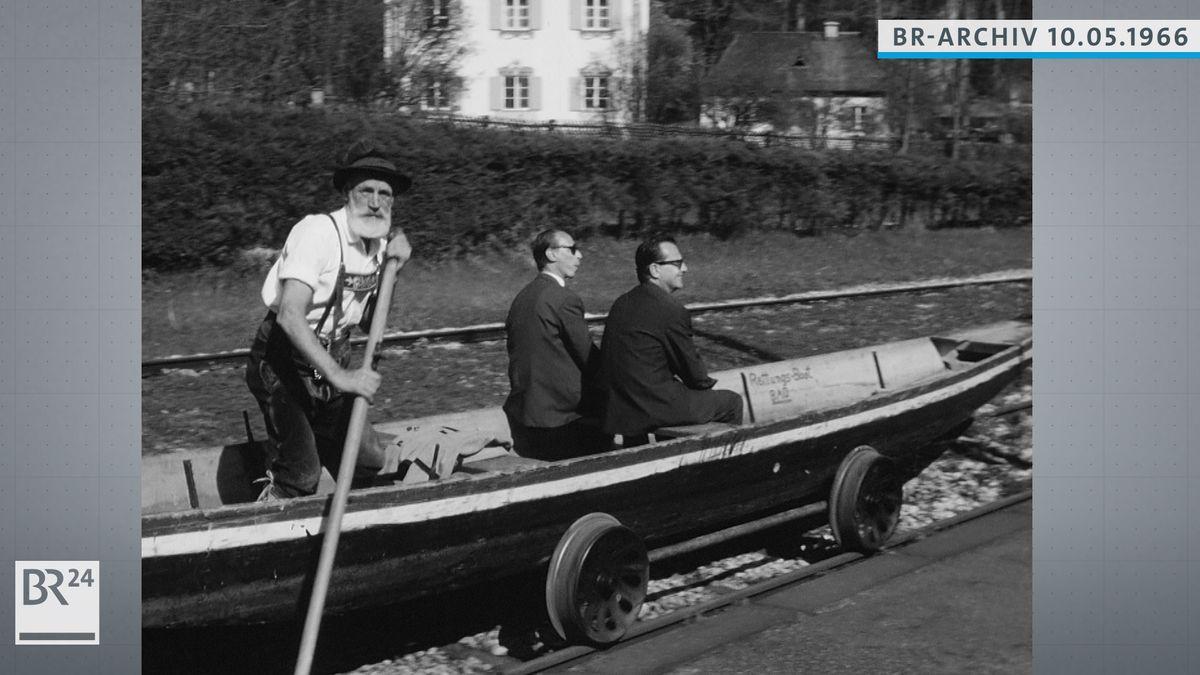 Bootfahrer transportiert Passagiere in einem Boot, das auf Bahngleisen rollt