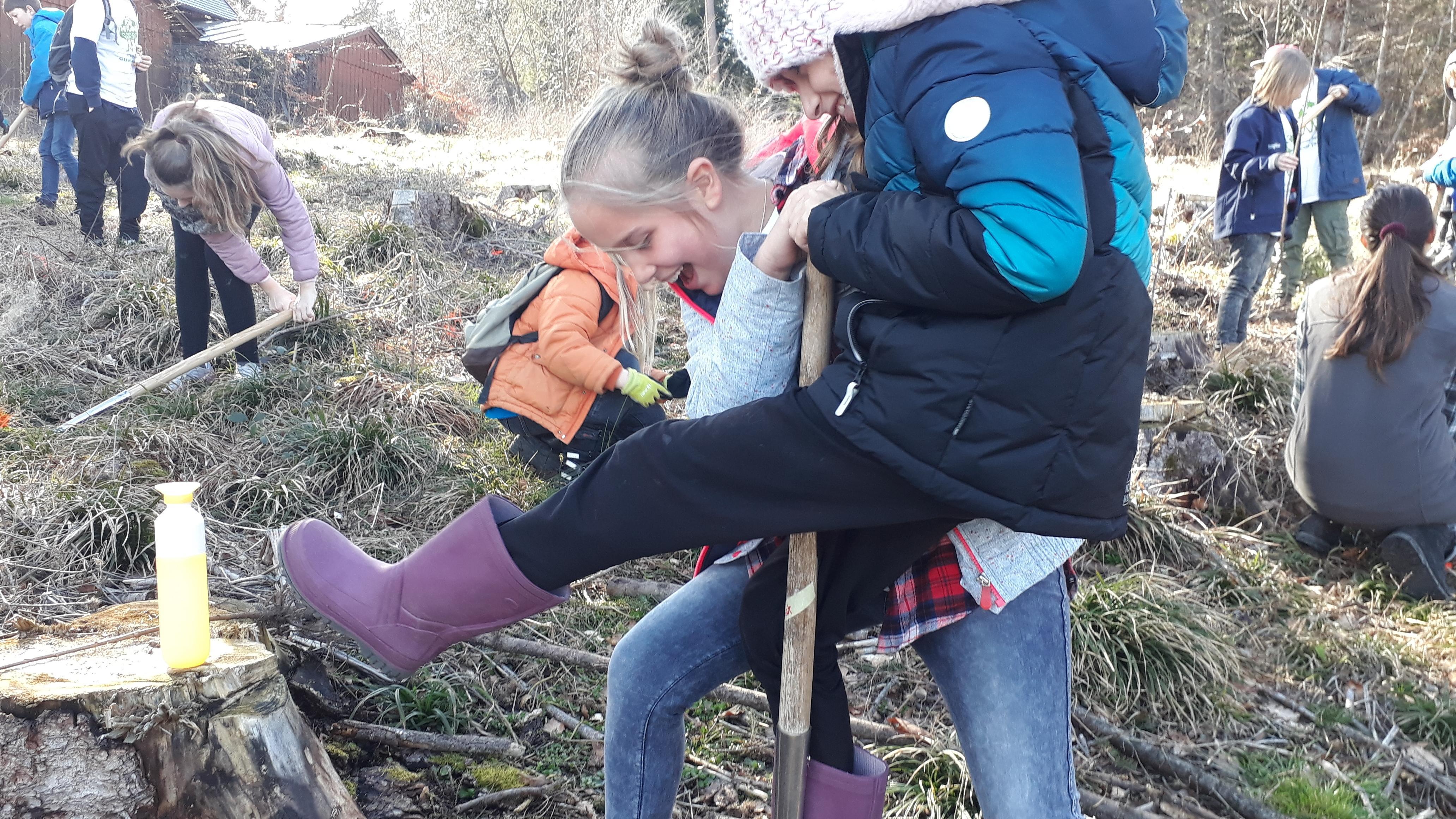 Die Welt retten kann auch Spaß machen... Kinder pflanzen Bäume fürs Klima