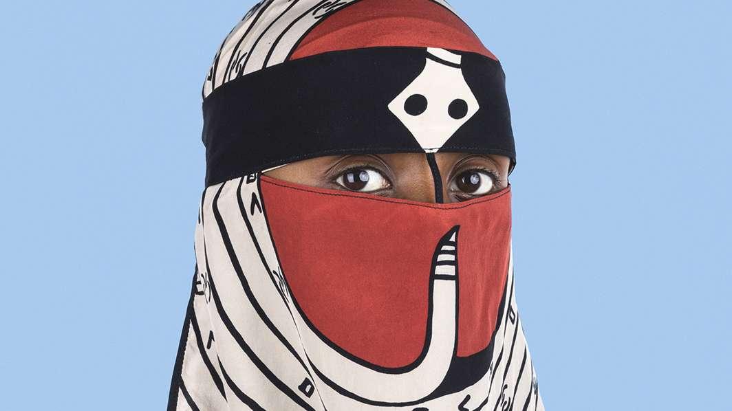 Person mit Niqab, der ein Muster des Designers Valentino hat.