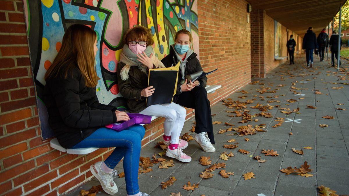 Schülerinnen mit Maske auf dem Pausenhof (Symbolbild)