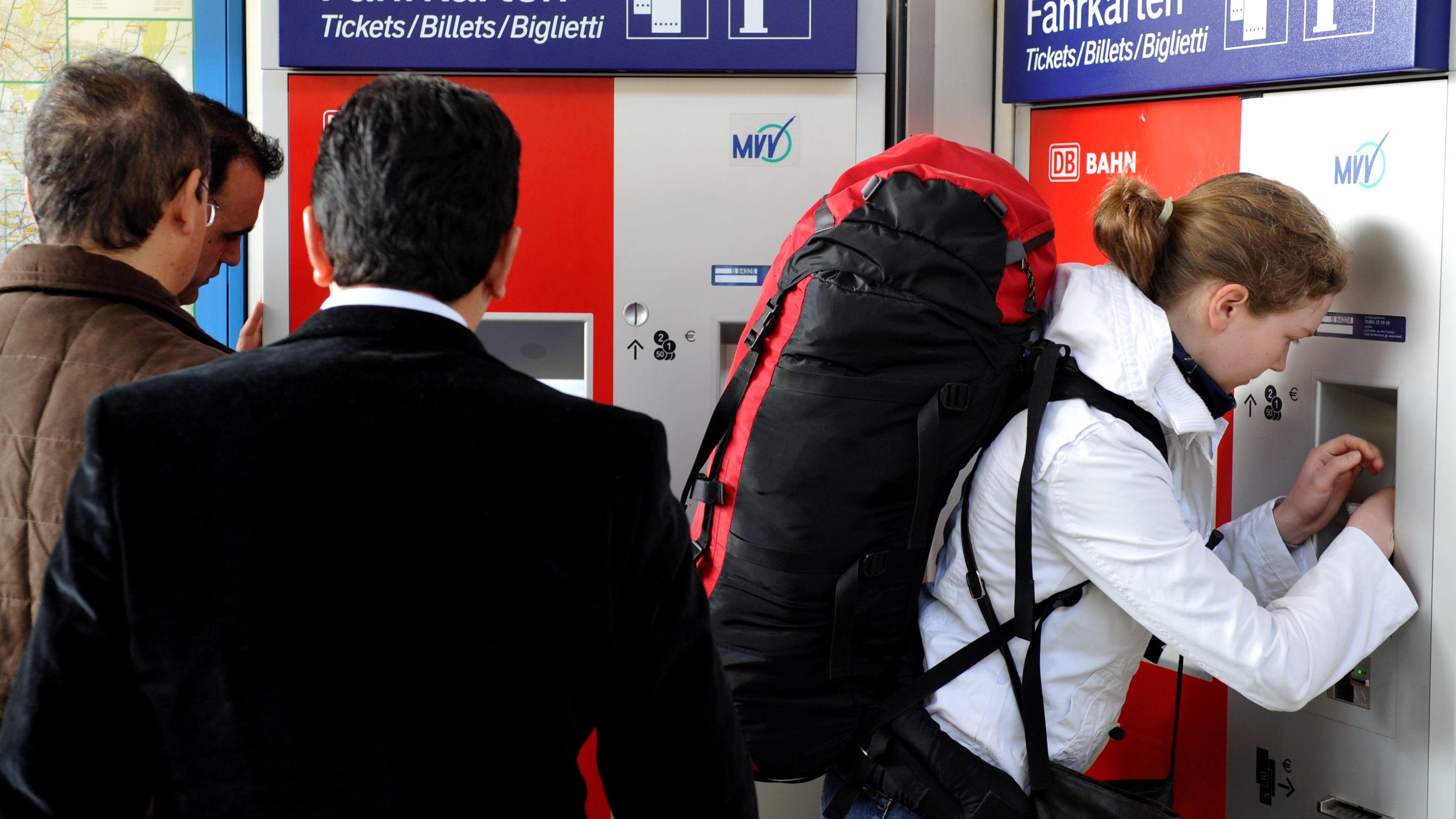 Fahrgäste am Fahrkartenautomaten am Münchner Hauptbahnhof