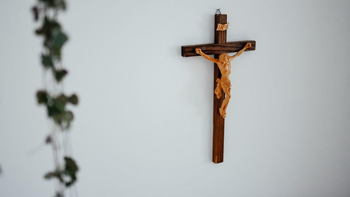 Kruzifix an einer Wand (Symbolbild)
