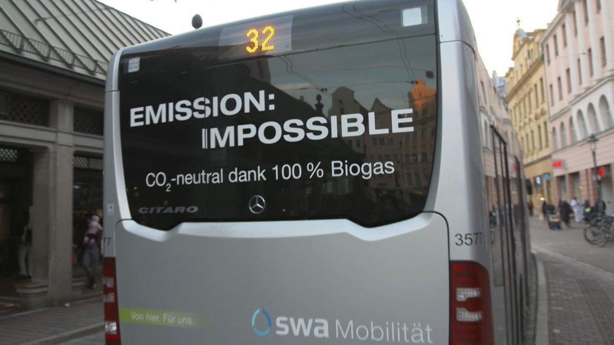 """Erdgasbus in Augsburg. Auf der Rückscheibe steht: """"Emission: Impossible. CO2 neutral dank 100 Prozent Biogas"""""""