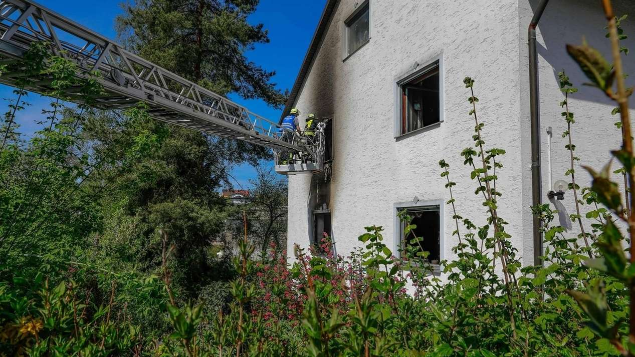 Per Drehleiter konnten die Einsatzkräfte den Mann nur noch tot aus der Wohnung bergen