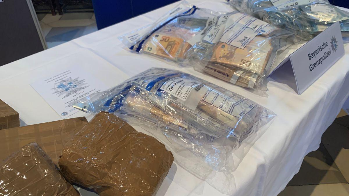 Von der Grenzpolizei Bayern sichergestelltes Rauschgift und Bargeld.