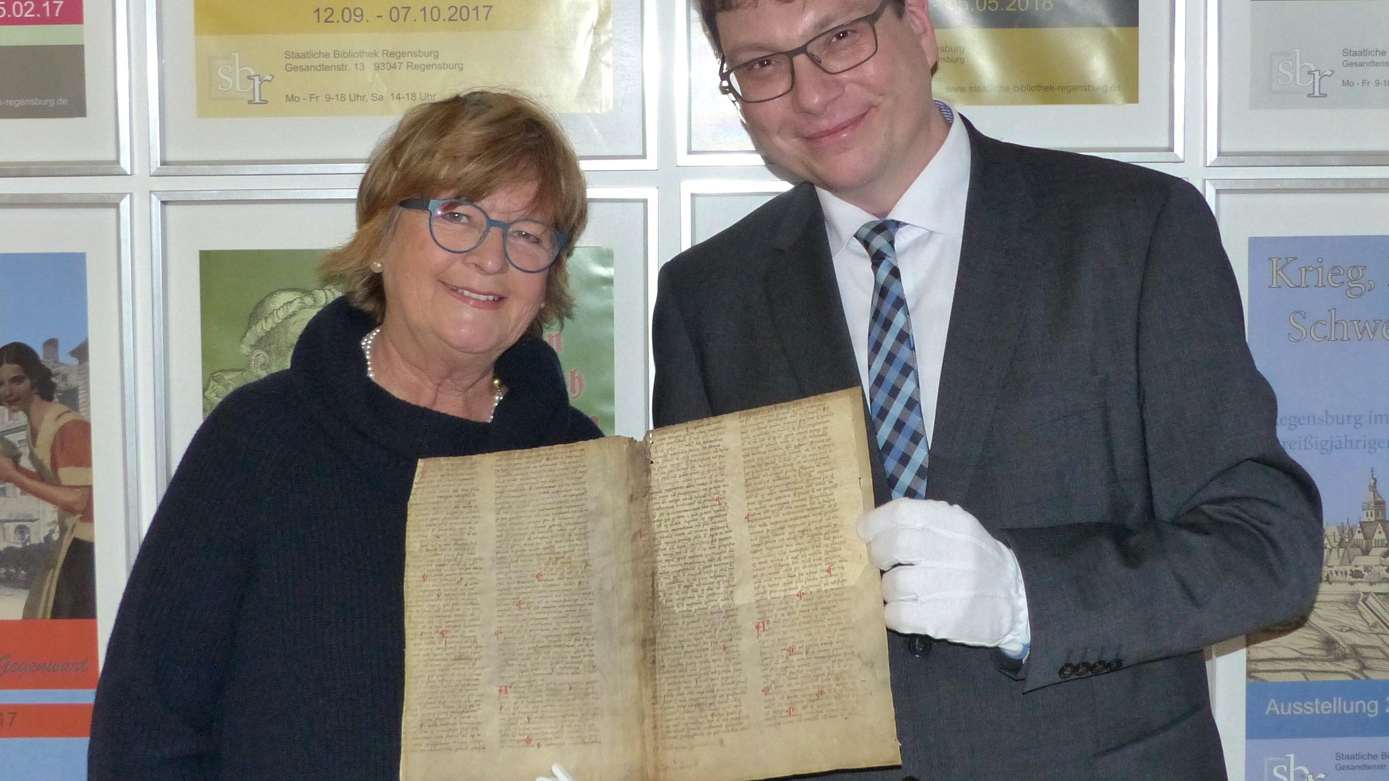Bibliotheksdirektor Dr. Bernhard Lübbers und Dr. Elisabeth Mader mit dem historischen Schriftfragment