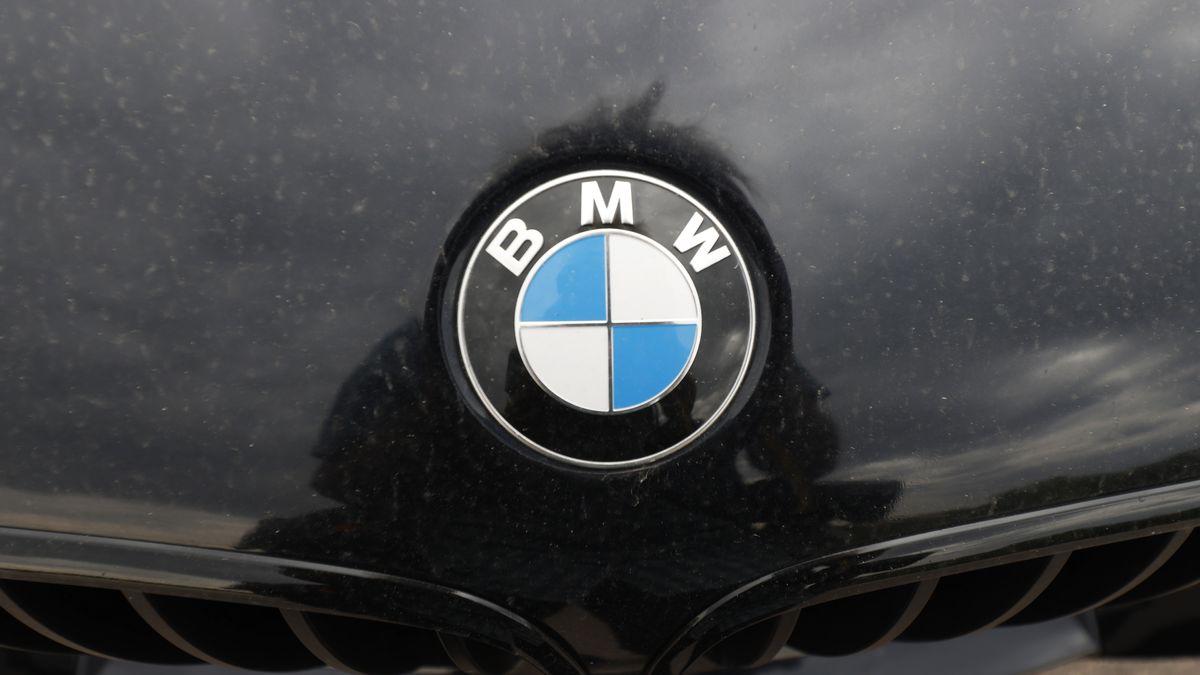 BMW-Logo auf einem schwarzen Pkw-