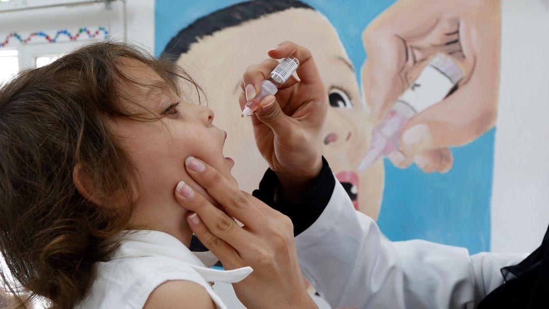 Ein Kind im Jemen bekommt die Schluckimpfung gegen Polio verabreicht.