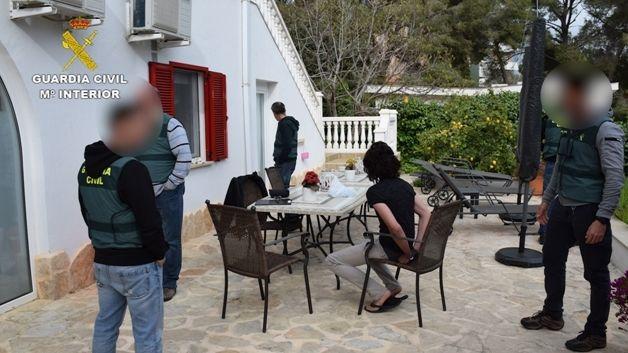 Der festgenommene Burglengenfelder sitz mit Handschellen auf der Terrasse der Villa auf Mallorca.