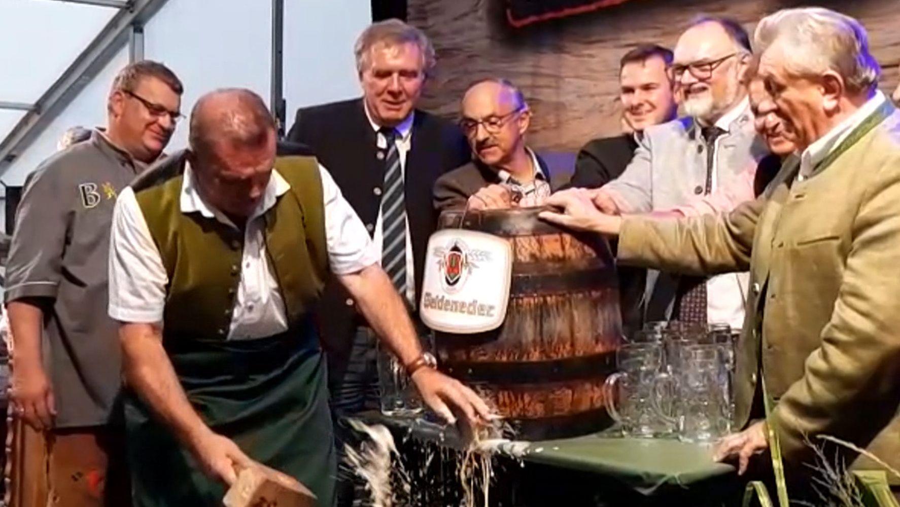 Karpfhamer Fest 2019: Vor zahlreichen Ehrengästen ist Bürgermeister Jürgen Fundke (ÜW) eine Panne beim Anzapfen passiert