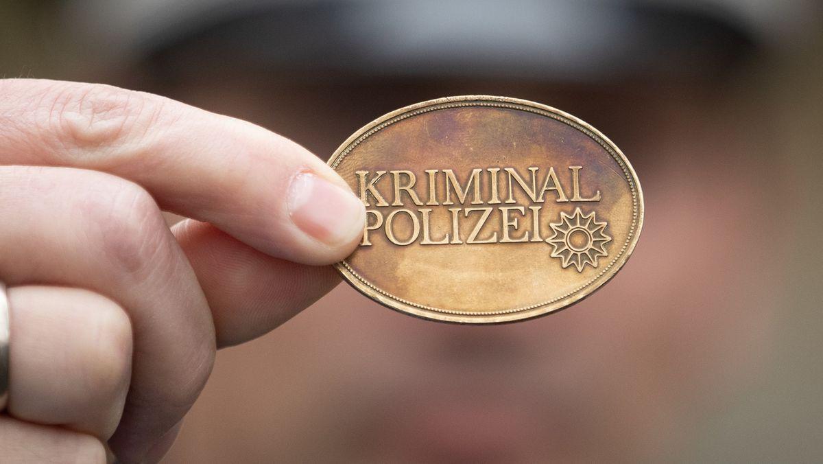 Falscher Polizist zeigt Polizeimarke (Symbolbild).