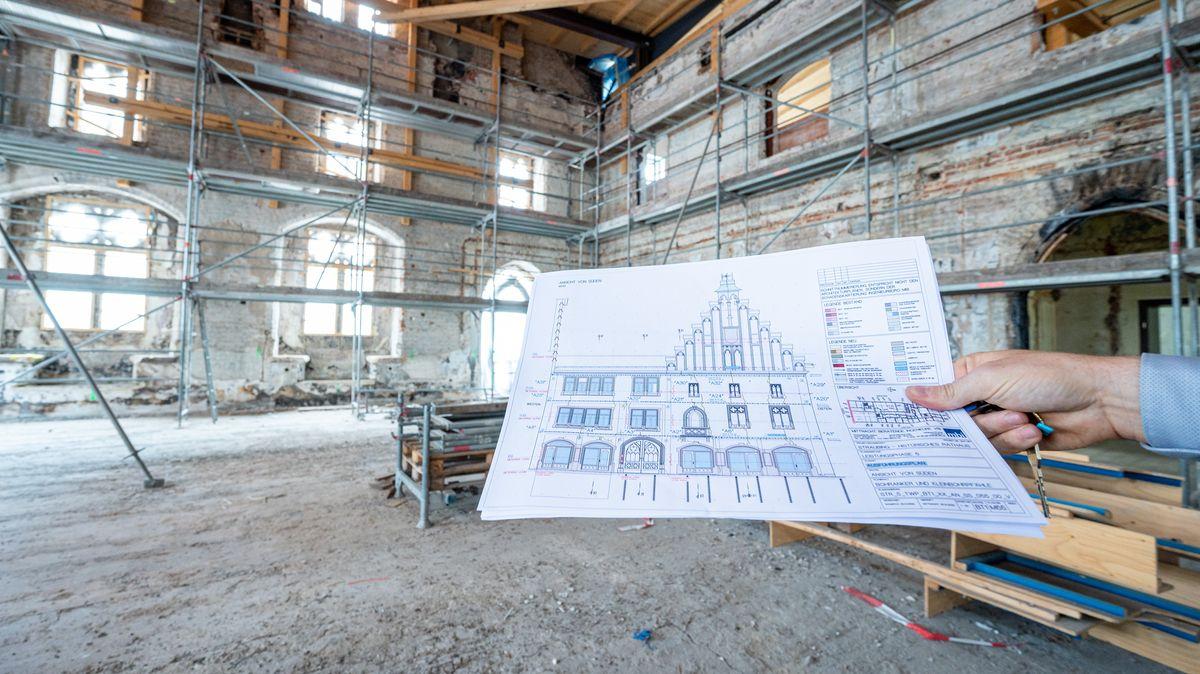 Ein Bauplan wird in den ausgebrannten Saal im historischen Rathaus gehalten.