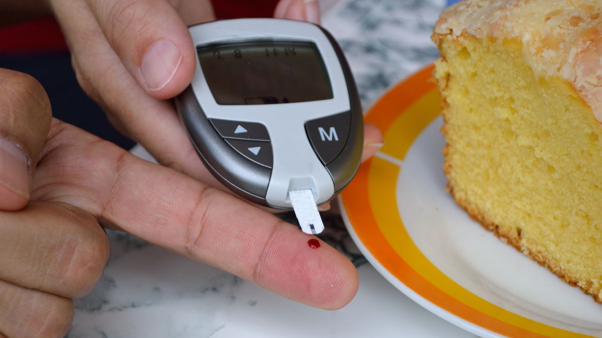 Ein Diabetes-Patient misst mithilfe eines Blutzuckermessgeräts seinen Blutzuckerwert.