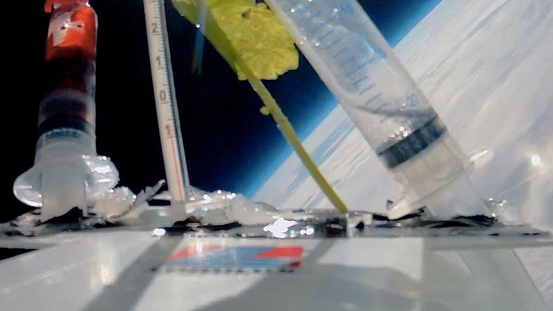 Eine Sonde schwebt in der Stratosphäre.
