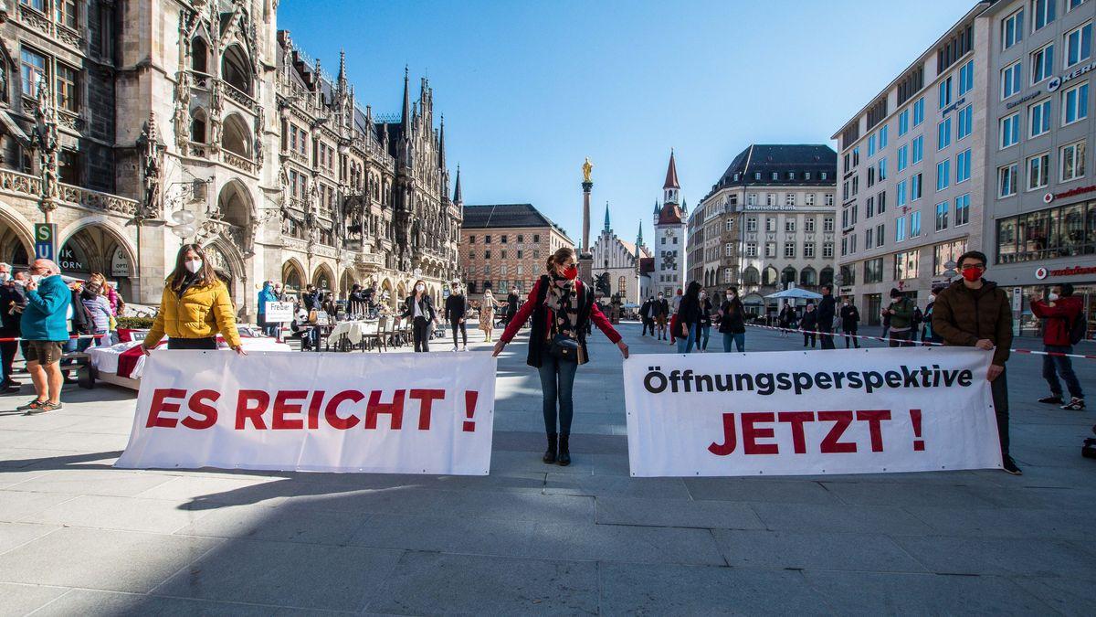 Hoteliers und Gastronomen protestieren auf dem Münchner Marienplatz gegen den anhaltenden Lockdown.