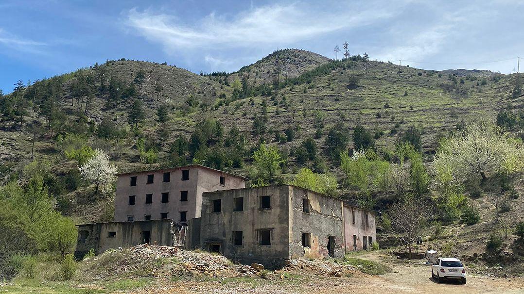 Die Gebäude des ehemaligen Gefängnisses Qafë Barit sind zerfallen. In der einsamen Gegend mussten die Männer einen Bären abwehren.