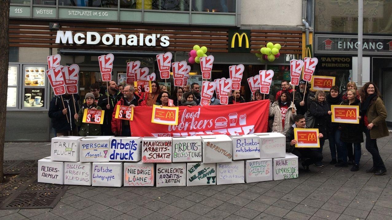 Protestaktion von Mitarbeitern der Systemgastronomie in Nürnberg