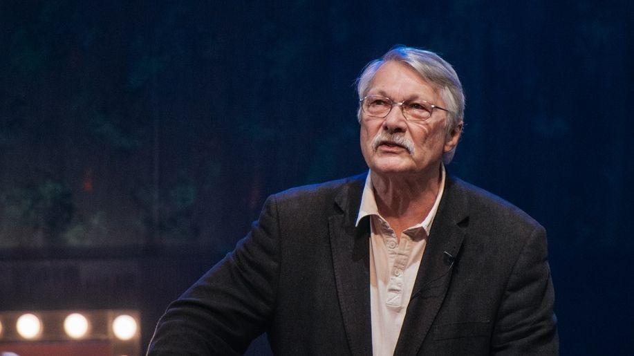 Mann mit Brille am Rednerpult: Kabarettist Henning Venske
