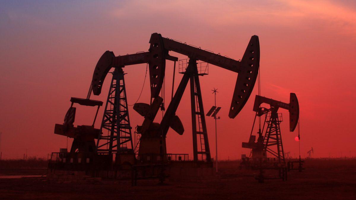 Tiefpumpe auf einem Ölfeld im Sonnenuntergang