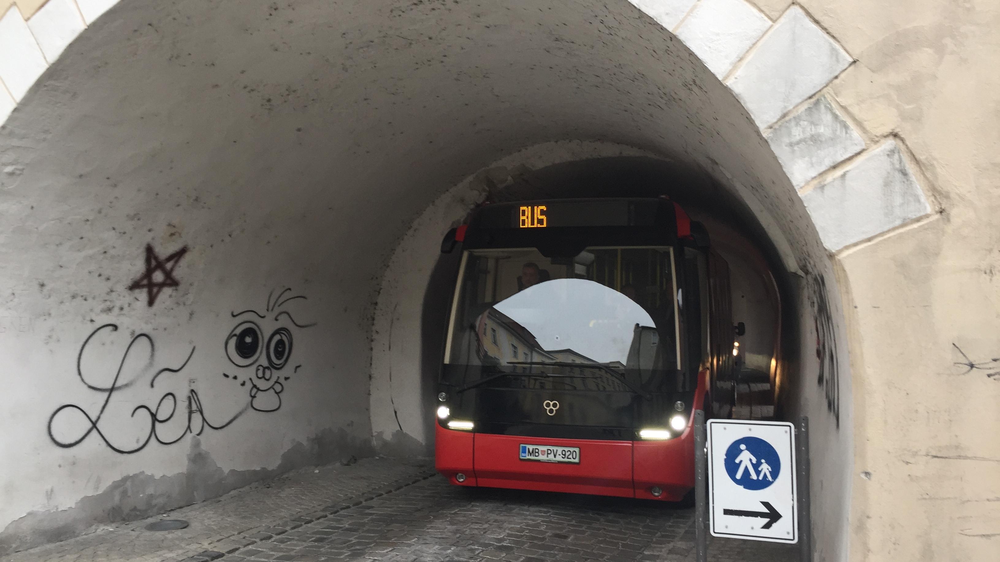 Ganz schön eng: Durch den Paulusbogen passt der E-Bus durch