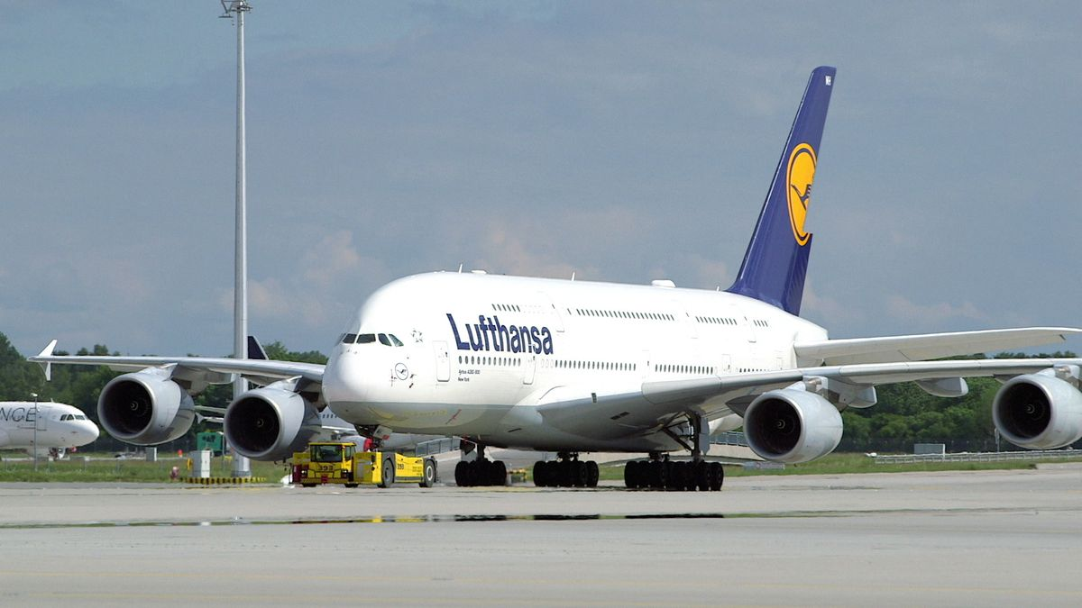 Lufthansa-Maschine auf dem Rollfeld am Münchner Flughafen