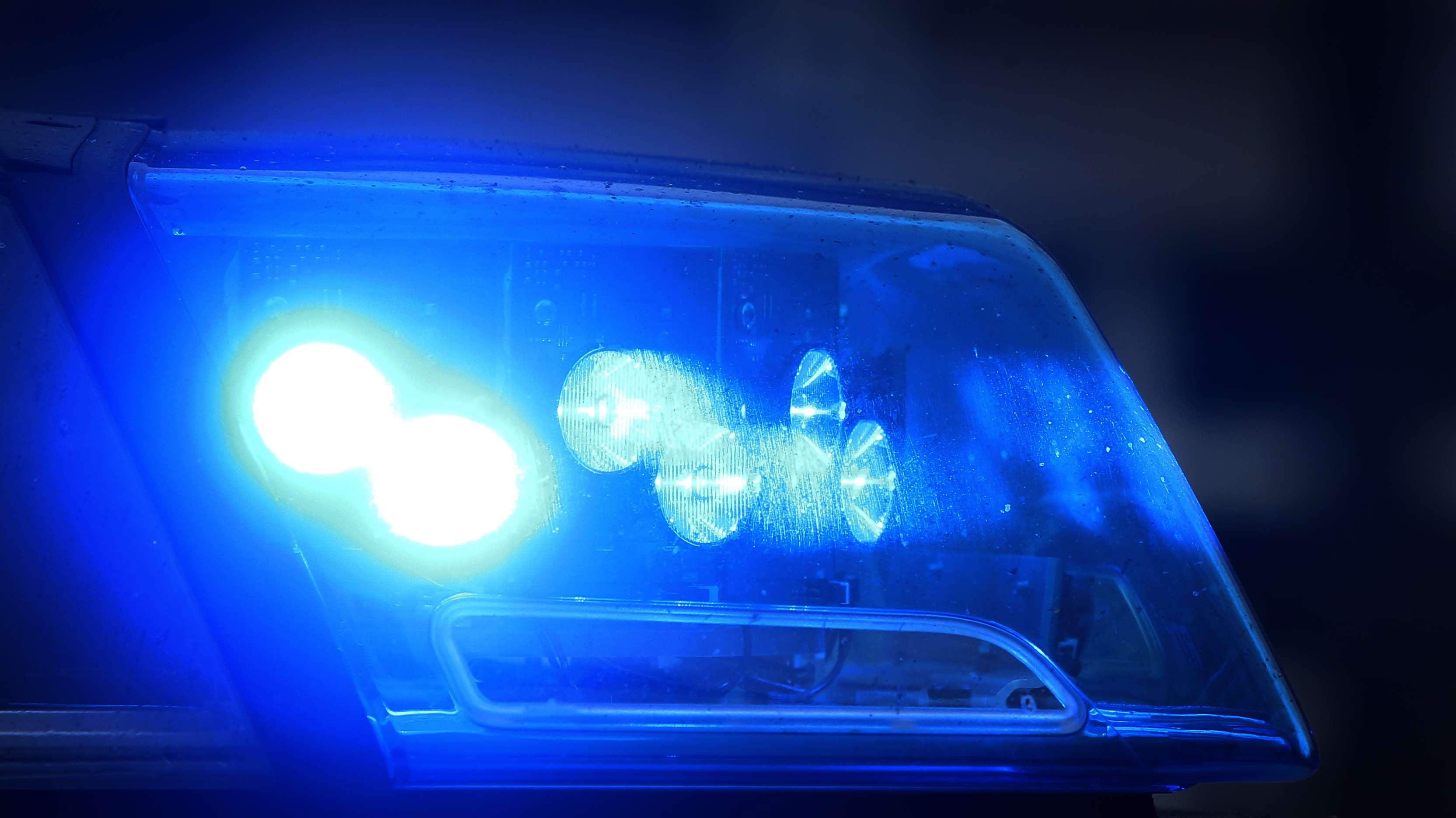 Blaulicht auf Fahrzeug der Polizei in Bayern (Archivbild)