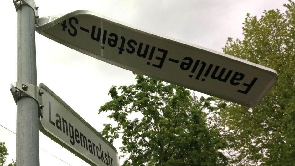 Verbogenes Straßenschild Familie-Einstein-Straße